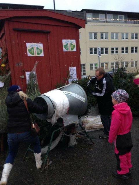 GJENGANGER: Kråkerøy IL vil også denne julen selge trær ved Shell-stasjonen på Kråkerøy. På bildet er det jultregeneral Ulf Alfredsen som prøver seg på strømpemaskinen.