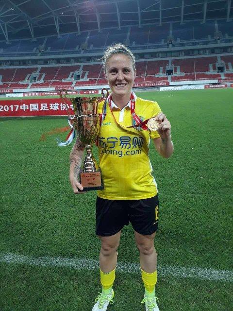 POKALVINNER: Her står Isabell med pokalen etter seieren i CFA-cupen onsdag. Foto: Privat