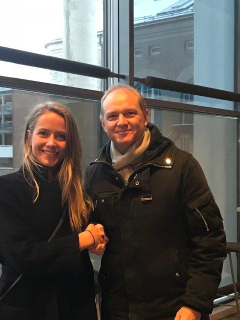 TILBAKE: Marrte Abrahamsen ønskes velkommen tilbake til klubbben av Øistein Pettersen - leder i FBKs sportsutvalg.