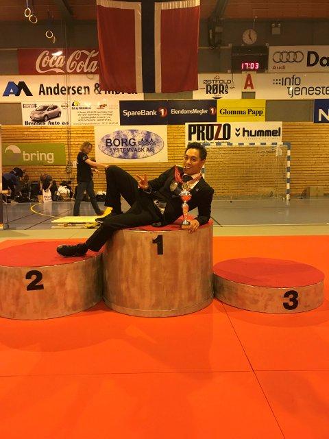 PÅ PALLEN: Christoffer M. Forsberg stortrives på seierspallen. Her etter helgens NM-gull.