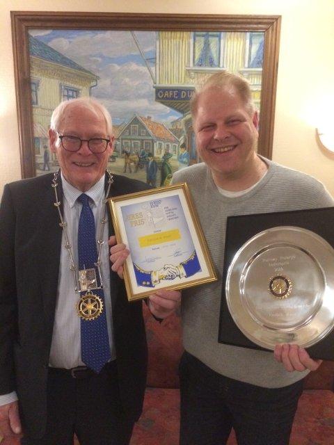 Presidenten i Rolvsøy Rotaryklubb, Svein A. Andersen, overrekker klubbens hederspris for samfunnsnyttig innsats 2018 til Fredrik Raae.