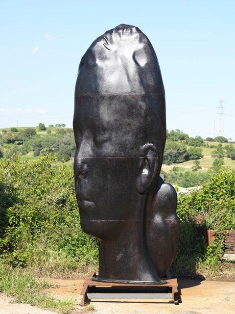 Her står et av de tre kvinnehodene utenfor verkstedet i Barcelona. Nå sendes det snart til Norge i ulike deler. Skulpturene vil bli montert sammen i Fredrikstad.