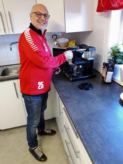 KAFFEKOKER: Tor Arild Janson-Haddal måtte trøste seg med en kopp kaffe etter den innholdsrike kampen mot Rakkestad tirsdag kveld.