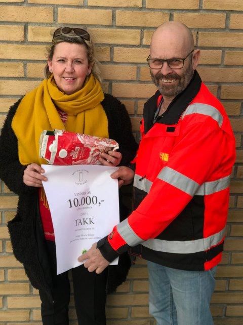 BONUS: Her mottar Anne-Marie Strøm premien fra Ottar Olsen, driftsplanlegger for renovasjon i Fredrikstad kommune.