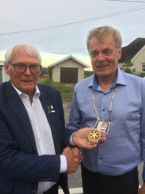 PRESIDENTSKIFTE: John Heien (t.h.) overtar presidentvervet i Rolvsøy Rotaryklubb etter Svein Austen Andersen.