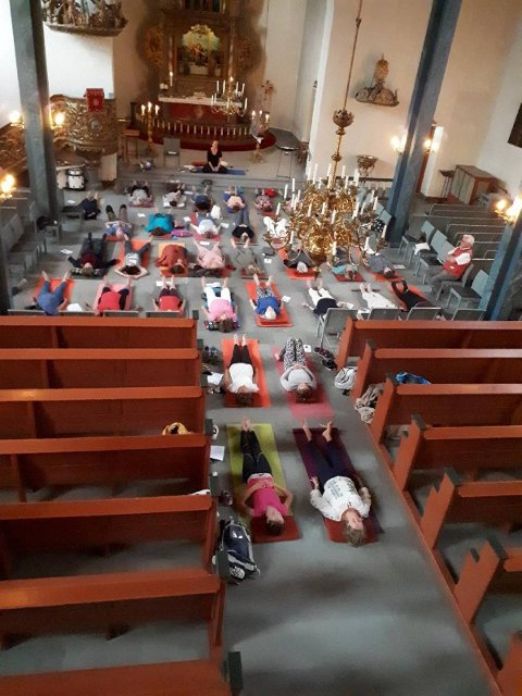Annerledes. Slik vil det  kunne bli i Glemmen kirke under yoga-gudstjenesten på torsdag. Bildet er fra Asker kirke som har gode erfaringer med denne type gudstjenester.