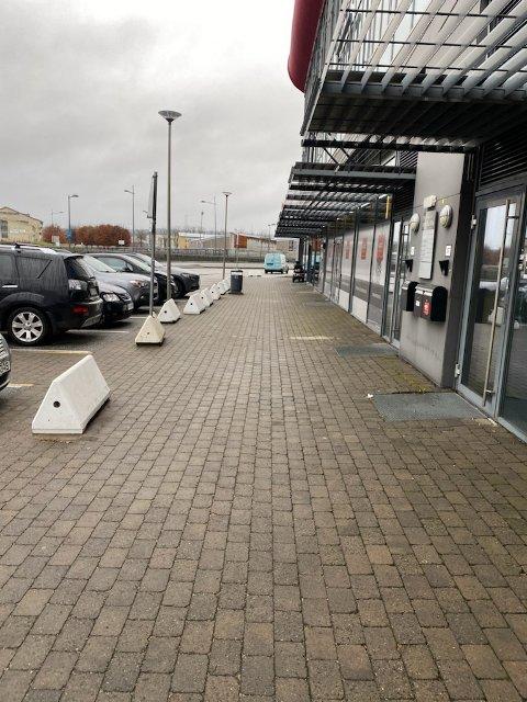 – Da har vi fjernet tre betonggriser på Stadion sør. Da skal det være god plass for alle som ferdes der, skriver driftssjef Morten Hansen onsdag i en melding til f-b.no.
