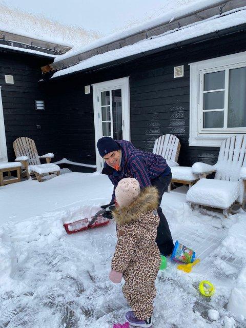 Tarik Elyounoussis datter Selma hadde aldri opplevd snø før, så det var en ny erfaring for småtassen.