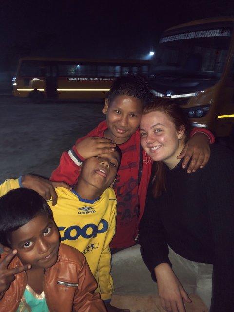 STERKT MØTE: Tiril Knudsen (til høyre) sitter igjen med mange inntrykk etter å ha vært hjelpearbeider i India.