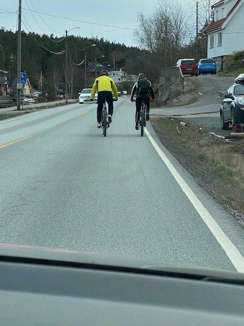 Kan egentlig syklister ligge to i bredden? Det ble diskutert i kommentarfeltet da Terje Aleksander Olsen spurte på Facebook.