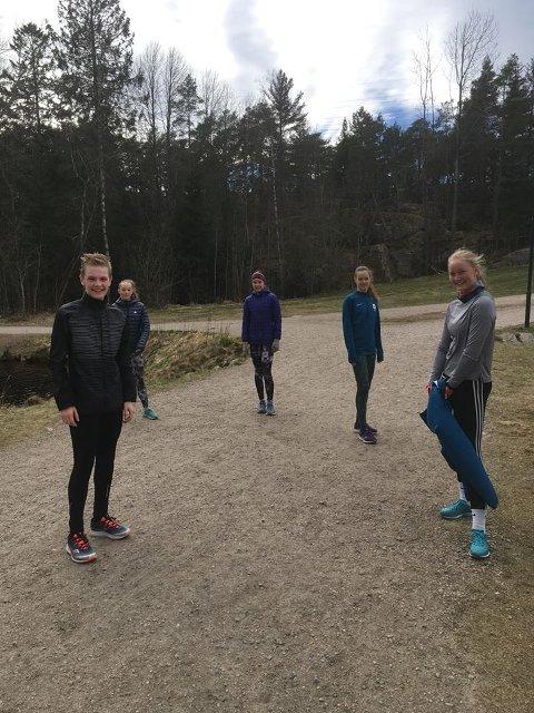 HOLDER AVSTAND: Utøverne tiil FIF er  flinke til å holde to meters avstand under treningene i Fredrikstadmarka.