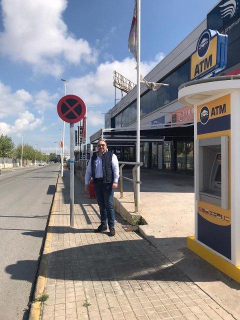 ØDE OG FORLATT: Her står Arne Herman Kilde Larsen i en normalt trafikkert gate i Torrevieja.