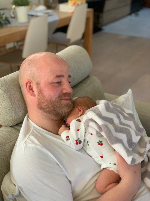 FAR OG DATTER: Eirik Haugdal nyter den første stunden på hjemmebane sammen med datteren Eline som ble født natt til søndag.