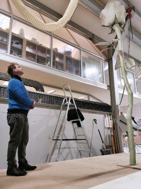 SAMARBEIDET: Den 3,5 meter høye rosen er Vebjørn og Eimund Sands idé. Selve produksjonen er det Fredrikstad-firmaet Eker Design som har stått for.