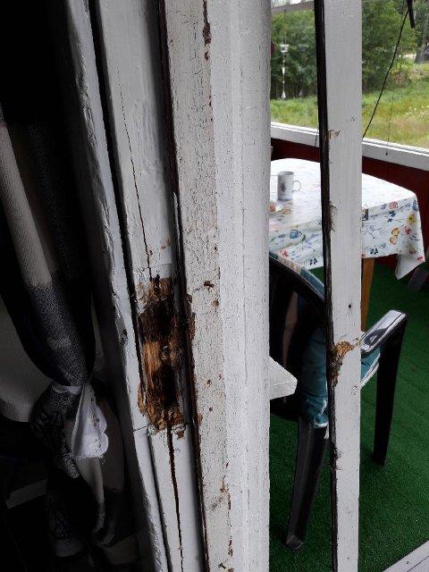 TYVER: Slik så det ut etter tyven(e) brøt opp inngangsdøren til hytta.
