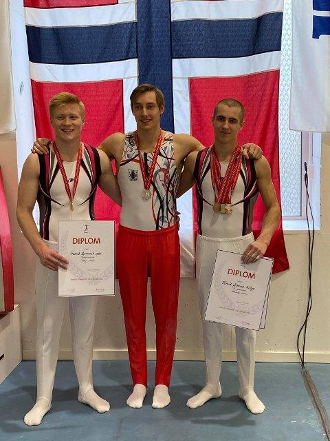 Blide gutter etter gode prestasjoner på søndag. Fra venstre: Fredrik Bjørnevik Aas, Norgesmester i hopp. Nore Stene, Norgesmester for lag. Harald Grimsrud Wibye, Norgesmester i ringer og skranke.