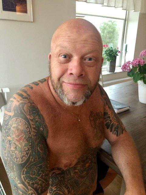 Christer Karlsson holder humøret oppe til tross for at han fremdeles sliter med etterdønninger etter at han ble smittet av korona.
