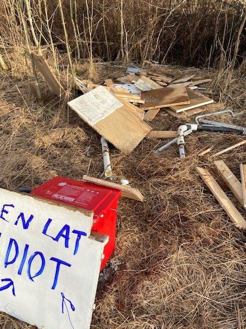 Avfall, for det meste tre- og metallbiter, lå strødd utover et område ned mot et vannløp ved lysløypa på Østsiden. Om det er eier av avfallet som også har skrevet skiltet, er ikke kjent.