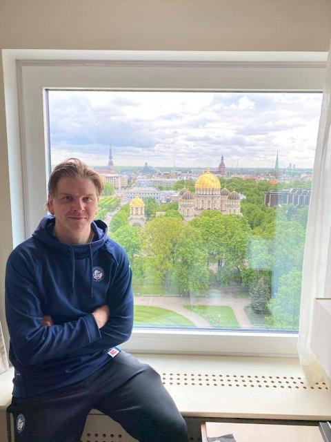 Andreas Heier lader batteriene på hotellrommet i Riga.