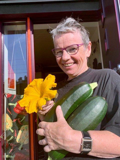 I vekstsesongen begynner Mariann Hovda dagen med en runde i haven. Målet er å bli selvberget med frukt og grønnsaker. FOTO: PRIVAT