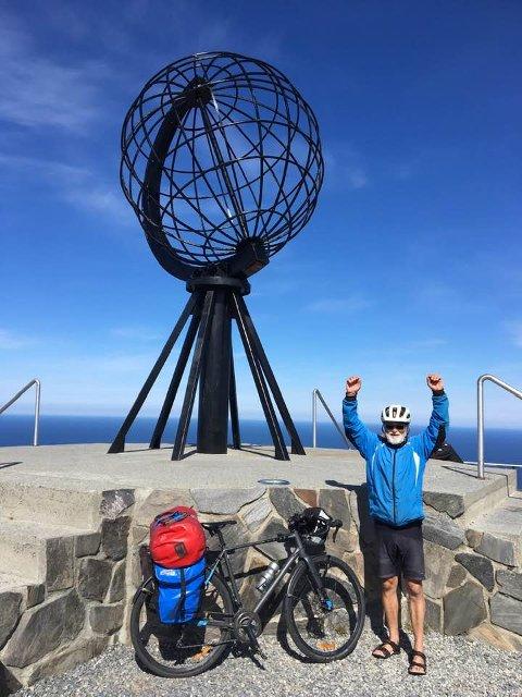 På Nordkapp, 23 dager og 2..300 kilometer etter at han la ut hjemmefra, kan Greåker-mannen Steinar Vingerhagen juble over å ha nådd sitt mål. Ekvipasjen veier 35 kilo. Hva han selv veier, vet han ikke. – Men det er nok mindre enn hva det var før turen, sier han.