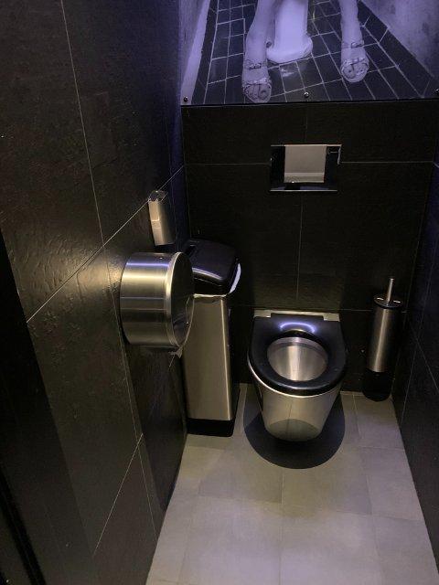 Det var inne på  dette toalett-avlukke mannen tente på toalettpapir, dispenser og toalettsete. Nå er det meste av plast skiftet ut til metall på alle avlukkene. Foto: Ivar Brynildsen