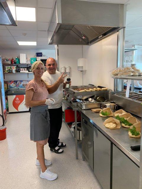 Cathrine Siljebøl og Kiril jobber for fullt for å få klart alt som bestilles søndag kveld. Foto:Odin Siljebøl