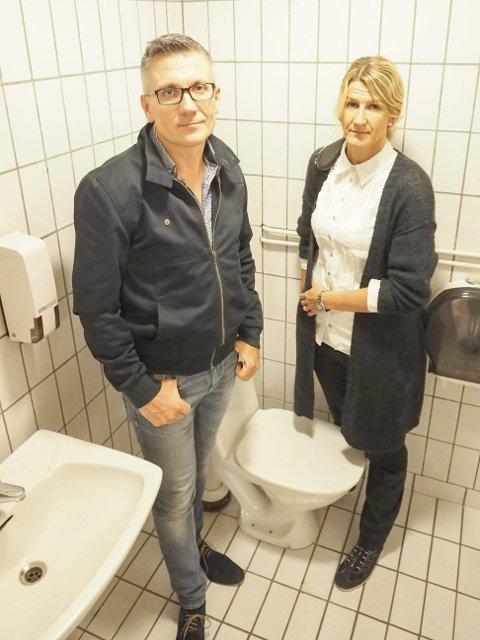 Antar hærverk: At toalettet som flommet over var fylt med langt mer papir en det som ville vært «normalt», indikerer at det er hærverk som ligger bak oversvømmelsen i garderobene på Idrettens Hus, mener Tommy Andre Eide og Line Cecilie Larsen ved Narvik kommunes byggforvaltning.Foto: Terje Næsje