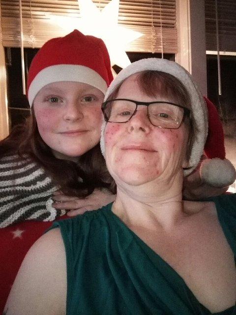 Barbro og yngstedatteren på 13 år i julenisseluer.