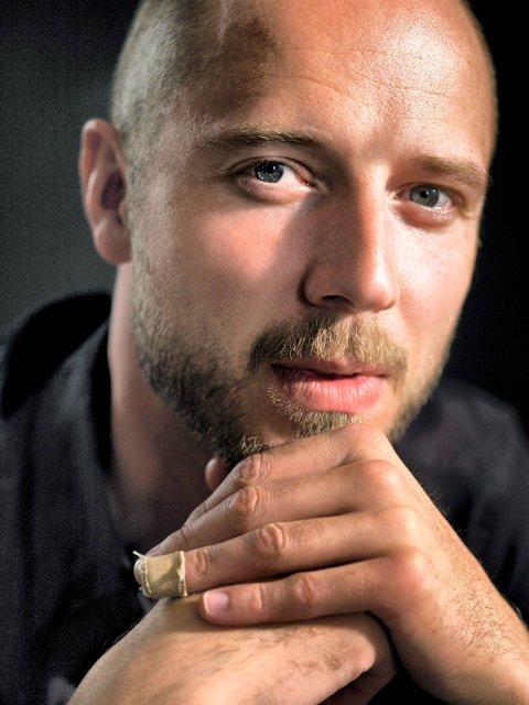 Sivert Høyem har et trofast publikum i Narvik. Fredag fyller de Teatersalen for å få med seg konserten hans. (Foto: Cathrine Wessel/ANB)