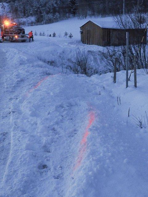 Av sporene kan det tyde på at bilen var fra tur fra Narvik mot Bjerkvik da den kjørte av veien like nord for Leirviktunnelen mandag ettermiddag.