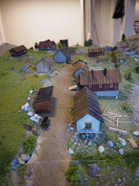 Detalj fra modellen av Nedre Hundalen. Noen tufter fra disse bygningene kan ennå ses i området.