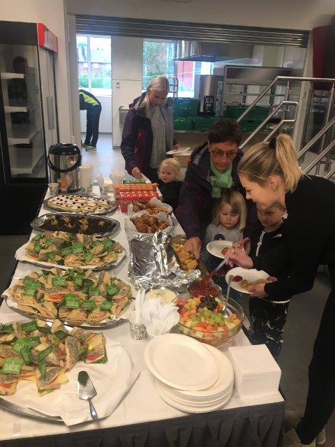 Kajsa Haugerud serverer barna etter kino.