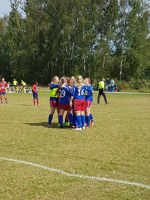 Bjerkvik-jentene jubler etter kvartfinaleseier.