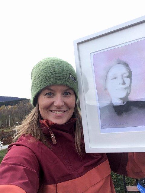 TRINE: Hege Holen Paulsrud viser fram årets bilde til innsamling for Kretforeningen.