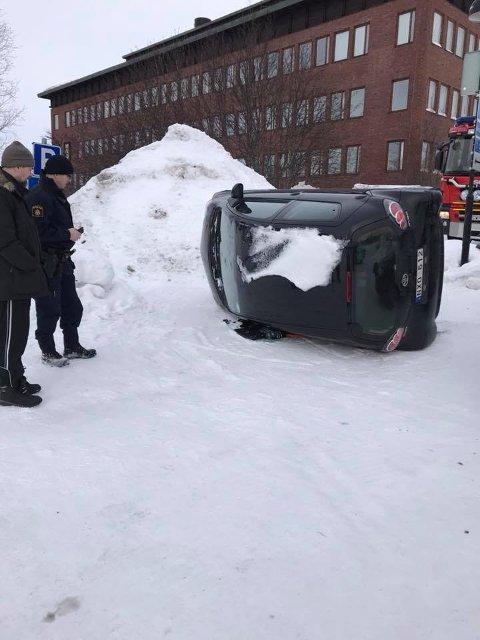 VELTET: Slik ble bilen funnet. Midt i Kiruna sentrum hadde noen veltet bilen til Monica Lindquist. Hendelsen beskrives som et rent hærverk.
