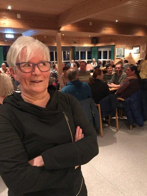 QUIZMASTER: Wanja Dahl er quizmaster under påskeaftens quiz i Kjeldebotn.