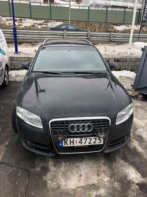 UHELDIG: På fronten av bilen til Dennis Karoliussen Hansen var det inntil nylig to ekstralykter. Nå er de stjålet.