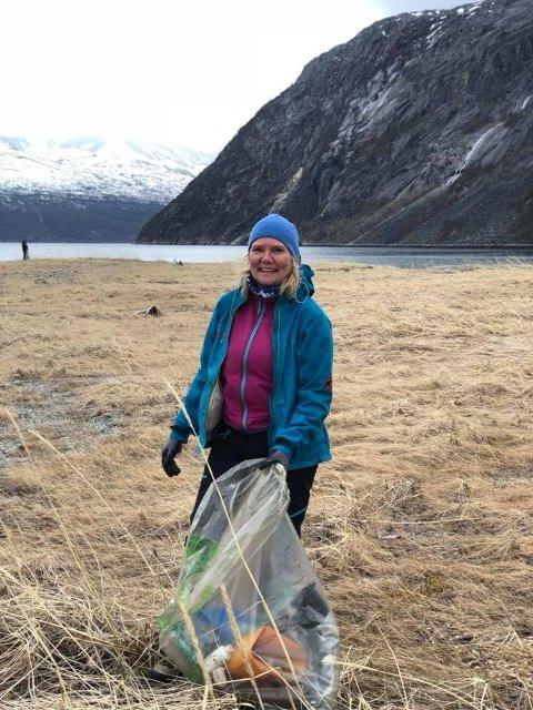 GLAD OG FORNØYD: Heidi Albrigsen var en av mange som gjorde en stor jobb med å rydde Rombaksbotn på lørdag.