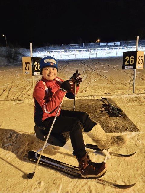 PIGGER PÅ EN KJELKE: Nora Skog (11) har funnet en måte å trene på, med gips.