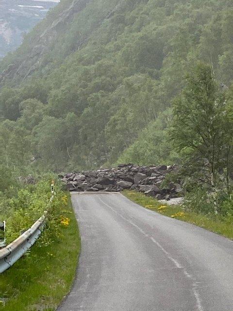 STEINRAS: Veien er sperret i Sør-Skjomen som følge av massene. Foto: Ingeborg Hilstad Sandvoll