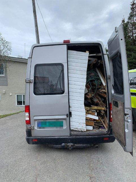 GARASJEDELER: En privatperson ble stoppet av politiet i Tromsø med store deler av en garasje i varebilen. Totalvekten var på 8 tonn.