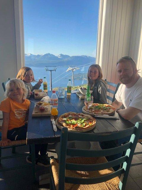 TESTET MATTILBUDET: Familien har testet mattilbudet i Narvik, og spist ute flere ganger. Her er barna Milo, Lykke og Molly sammen med pappa Tord på Fjellheisrestauranten.