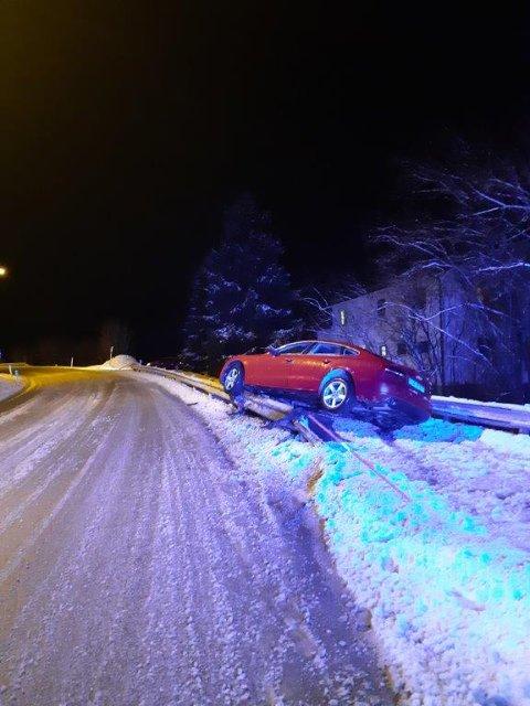 Bilen havnet utenfor veien og på autovernet.