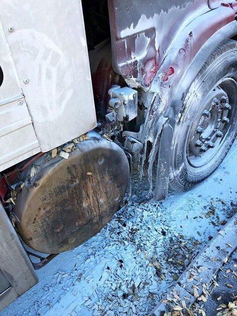 VARMT: En forbipasserende med brannslokkingsapparat i bilen fikk stanset lastebilsjåføren og slokket flammene.