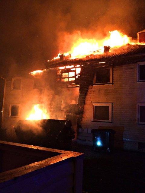 OVERTENT: En time etter at brannen ble meldt, er huset overtent. Brannvesenet melder at det ikke vil være mulig å redde bygget.