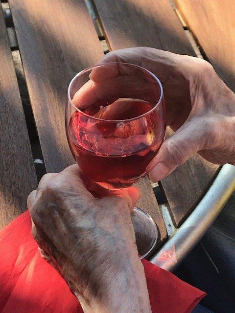FORFRISKENDE: Hvorfor skulle ikke også beboere på sykehjemmet kunne kose seg med et glass kald sangria? (Foto: Privat)
