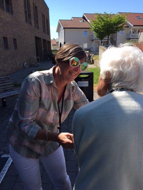 MORO: Birgitte Arntzen legger til rette. Nylig ble det arrangert «Spansk aften» på Åsgårdstrand sykehjem. (Foto: Privat)