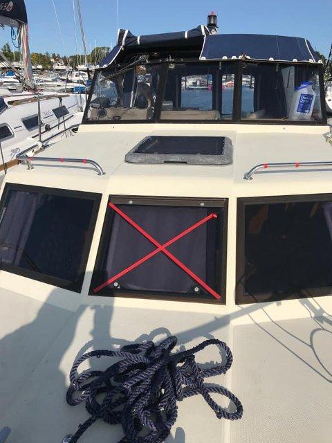 MERKET: Båten til Cato Signebøen var merket flere steder med rød tape.