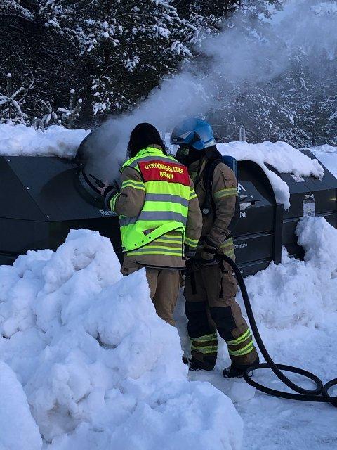 Rogaland Brann og Redning rykket ut til brann i en søppelcontainer ved Giljastølen camping søndag ettermiddag.